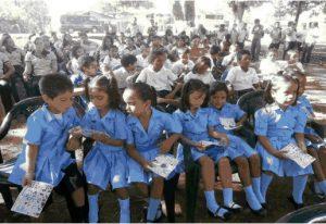 Estudiantes de prescolar, primaria y secundaria en el parque de                           la comunidad de Sierpe de Osa.