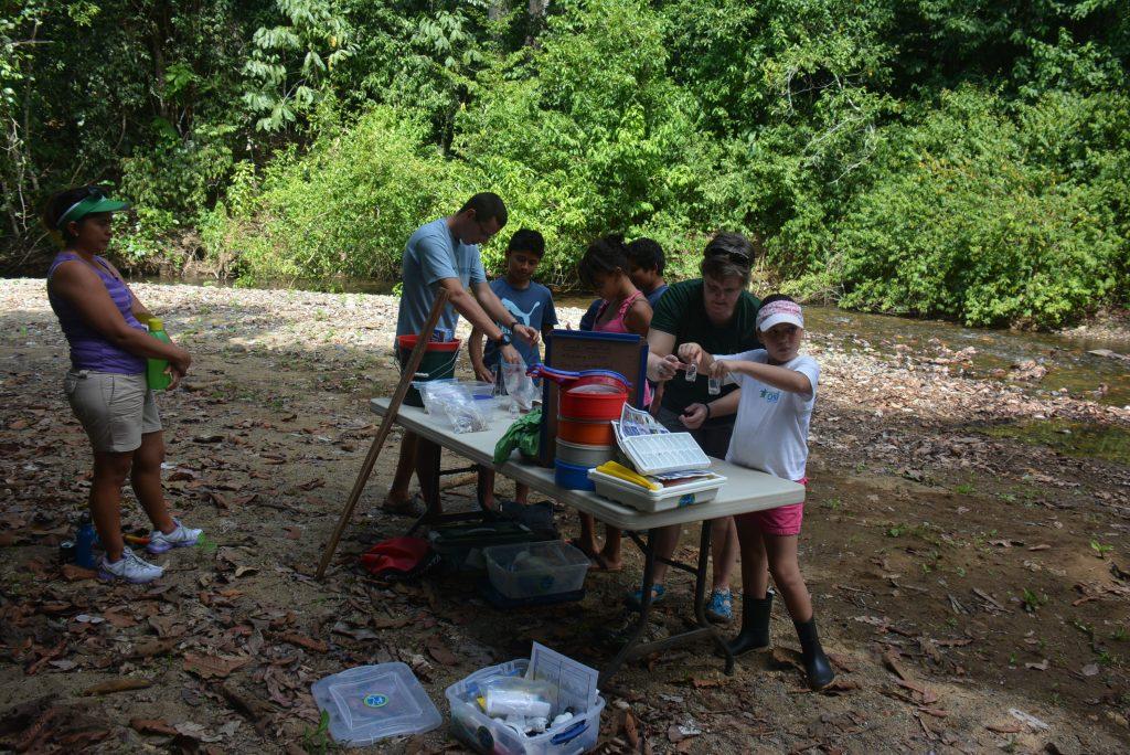 Los estudiantes crearon una estación de monitoreo de aguas de campo en el cruce de los ríos Piro y Coyunda.