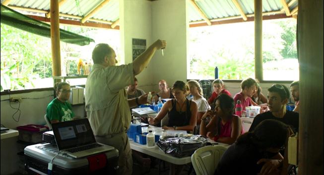 Jim demuestra cómo llevar a cabo una prueba de oxígeno disuelto. Foto por, Anahí Quiñones