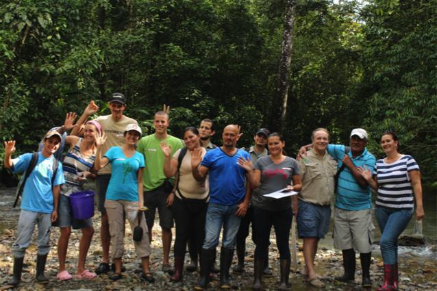 Miembros de la comunidad y Ríos Saludables personal después de un día interesante y divertido lleno de paquetes de hojas