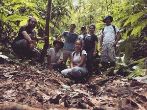 """Miembros del grupo de monitoreo comunal de """"Rancho Quemado"""" instalando cámaras trampa para obtener capturas fotográficas de mamíferos terrestres en su comunidad."""