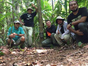 """Miembros del grupo de monitoreo comunal de """"Los Planes"""" instalando cámaras trampa para obtener capturas fotográficas de mamíferos terrestres en su comunidad"""